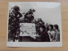 超大老照片:1976年,甘肃礼县宽川公社,贫农老大娘王惹子,在田间写生作画