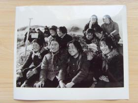 超大老照片:1976年,甘肃民勤县红柳园公社,一支由铁姑娘门组成的开荒队