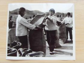 超大老照片:1976年,甘肃成县友联大队,革委会副主任刘淑兰,和社员们喜装爱国粮