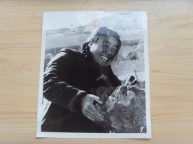 超大老照片:1976年,甘肃礼县,县委副书记王巧云,战斗在生产第一线
