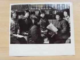 超大老照片:1976年,甘肃省兰州市张掖路,日用品百货商店,痛击右倾翻案风
