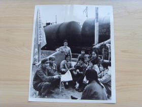 超大老照片:1976年,甘肃省兰州炼油厂,铁梅女子卸油班
