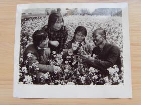 超大老照片:1976年,甘肃省泾川县长务城大队书记,兰州下乡知青崔爱荣