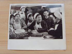 超大老照片:1976年,甘肃省兰州棉纺织厂,女纺织工在理论学习