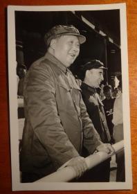 文革黑白相片【毛主席和林彪在城楼上】长9.8CM*宽6.5CM、