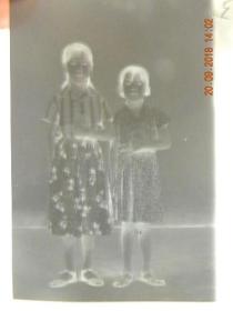文革时期姐妹俩手持语录本合影留念-底片