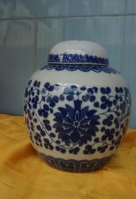 """蓝花蓝枝青花瓷瓷坛高16厘米腹径13厘米 盖有""""胡玉美""""字样 完整精制美观"""