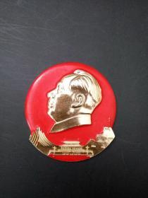 毛主席像章 中型不规则章 正面 天安门图像和宝塔 背面文字 永远忠于毛主席 直径约5.2x5.6cm 包老包真