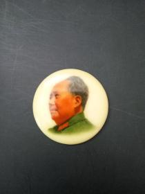 毛主席像章 有机玻璃塑料树脂 左侧头像绿色军装圆形彩章 中型章 背面文字 毛主席万岁 江苏常州 直径约5cm 包老包真