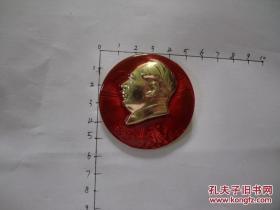 《文革精品像章之八 圆形 毛主席像章》直径5.5厘米,毛主席头像下有人物、海浪!!