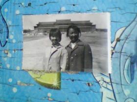 老照片;长春地质宫和两个美女