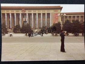 【彩色老照片】1970年代北京人民大会堂前一拿着摄像机正在录影的外籍人士及周边景象,早期彩色照片极为少见且内容独特品质佳、实为收藏佳品