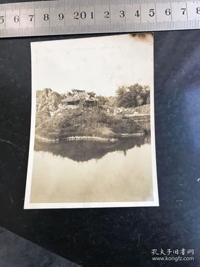 民国时期青岛市四方公园老照片 拍摄于1930年7月1日湖边小庙凉亭正在建造即将落成 孤品及具历史研究价值