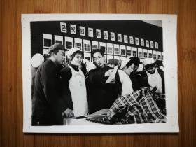 ●天津老照片:职工评议产品群众鉴定质量【尺寸20.5X15.3公分】。