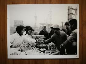 ●北京老照片:北京石油化工总厂厂办商店工地设摊售货【尺寸20.5X15.3公分】。