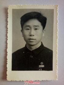 老照片:佩戴皖  南 大 学 校徽