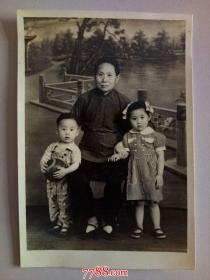 老照片:老 妇 人带二个儿童