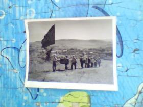 老照片;70年代打着红旗支农的一群人