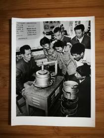 ●上海老照片:上海沪东新忳修配合作商店制成铝锅换底机【尺寸20.5X15.2公分】!