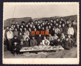 七八十年代,中国北方秋冬季节室外摆满供果供奉场面合影