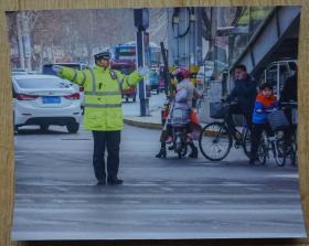 不怕严寒,执勤为民彩色照片2张高20厘米宽25厘米m78