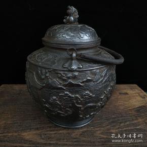 清代中期老铁器 精刻山水大茶壶一把    尺寸 31*22*31厘米 (长宽高)重量 10.5斤