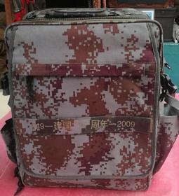 多功能迷彩包,单肩斜挎包,大号手提包,品相如图。