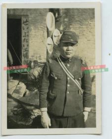 民国侵华日军在后勤补给工厂牌匾前留影老照片。尺寸为6.1X4.5cm。