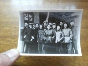 天津民俗资料档案老照片:1950年原天津电台台长林青收藏并签名【电台职工科部分同志合影】10*7厘米,两张合售,书影如一实物拍照