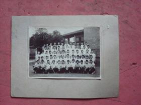 宁波市第十六中学1977年毕业照【后面有书写恭正的名单】【拍摄地点校园内】【纯照尺寸:15×10.6 加衬板纸】