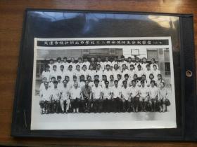 1983年【天津市统计职业中学三。二班全体师生合影留念】26.5*17.5厘米,实物拍照