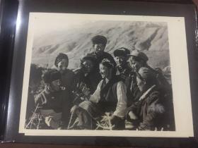 新华社老照片-西藏加查县先锋公社讨论农业学大寨群众运动