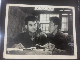 新华社老照片-认真贯彻毛泽东同志医疗路线,亲自体验针麻的镇痛作用