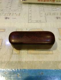 印章一个及小木盒一个,合售  【印章为红色,材质不详上面有一处开裂,柏映根印】【小木盒材质不详,为整块木头抠出来的,深红色,有小裂缝7.5X3.5X2.2】