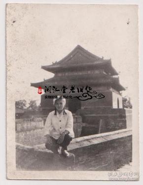 【任6件包邮挂】老照片收藏 女警察在城墙 6.2*4.7cm