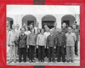 1983年【华南师范大学教授.老师合影留念照片】一张。品如图。