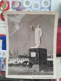 文革照片【毛泽东主义旅大市红色造反者敬建毛主席塑像】【尺寸:10*7.5cm】