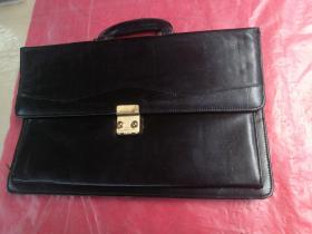 手提黑色皮革多功能公文包,有密码锁具,品相如图