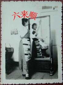 【老照片】少数民族美女,镜子前跳舞