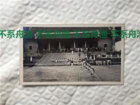 八国联军侵华时期,驻厦门美国海军在福州鼓山涌泉寺倒立行走比赛,背景有辫子中国人出现。背后有英文注释。早期侵华,体育题材老照片,难得