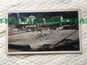 八国联军侵华时期,驻厦门美国海军在福州鼓山涌泉寺拔河比赛,背景有辫子中国人出现。背后有英文注释。早期侵华,体育题材老照片,难得