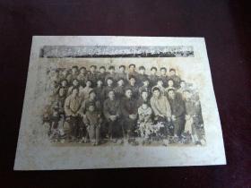 """老照片:题字""""新河公社东团学校初三班毕业师生合影83.6"""""""