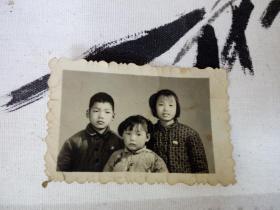 老照片 戴像章的小朋友