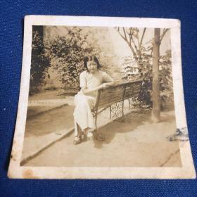 1935年民国时期穿旗袍女学生庭院闲坐照片(卖家不懂照片,买家自鉴,售后不退)