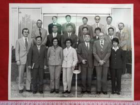 专题事件照12--中国科学院孙文科教授、地球物理学家欧庆贤等十余人1979年11月4-8号去美国新奥尔良会议中心,参加勘探地球物理学1979年公约会议与国外专家学者共19人合影大幅老照片老相片老像片一张(约11寸大小)