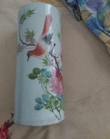 民国时期帽筒一对。〈名家手绘彩色花鸟〉〈有细裂纹〉,总体精美漂亮。