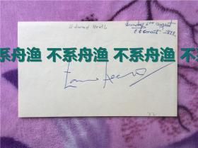 英国首相爱德华希思签名,签在一张小纸片上,时间是1978年。希思是中国人民的老朋友,对中英建交,香港回归贡献巨大。(背面有另一位英国名人签名,具体不详)