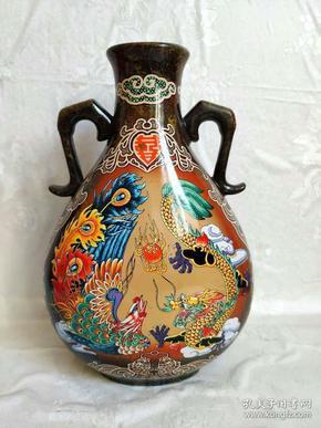 收藏得来70/80年代唐山瓷花瓶一只,龙凤呈祥图案,色彩艳丽,漂亮大气,全品保存完好,瓷质非常好,全品保真包老,品相如图!