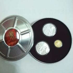 长春电影制片厂成立70周年金银纪念币。此币为中华人民共和国法定货币,由中国人民银行发行。沈阳造币厂铸造。发行量3万枚。(约一万套)。制作精美,创新。是收藏电影题材爱好者最佳收藏品。