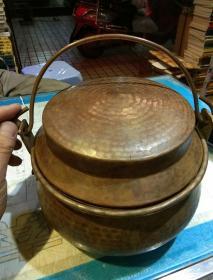 【重量为845克】紫铜老锅一个,有盖;可以手提  【老料,很厚重;应为云南土著山民野外煮饭使用,器型漂亮,工艺精湛】【图片为实拍,先拍以图片为准】